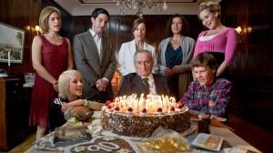 Der Patriarch Paul Bogenschütz (Walter Schultheiß) wird 90. Die Familie versucht seiner schlechten Laune mit Frohsinn zu begegnen.