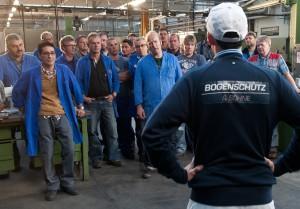 In der Firma 'Bogenschütz & Söhne' ist man auf Kurzarbeit und die Belegschaft wird unruhig.