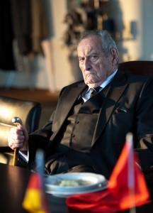 Seniorchef Paul Bogenschütz (Walter Schultheiß) will verhindern, dass sein Sohn das Familienunternehmen – sein Lebenswerk – nach China verkauft.