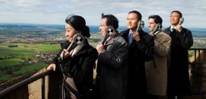Michael Bogenschütz (Christoph Bach) macht mit der chinesischen Verhandlungsdelegation, die seine Firma kaufen will, einen Ausflug auf die Burg Hohenzollern mit wundervollem Blick auf die Schwäbische Alb.