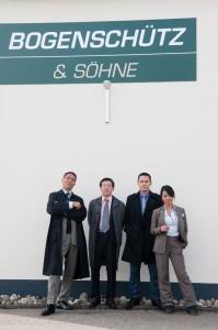 Ein chinesischer Konzern will den deutschen Familienbetrieb 'Bogenschütz & Söhne' kaufen und schickt eine Delegation zur Besichtigung der Firma.
