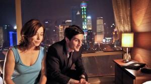 Michael Bogenschütz (Christoph Bach) und seine Schwester Marlies (Inka Friedrich) reisen nach Shanghai, um über die Zukunft ihres Familienbetriebs zu verhandeln.
