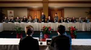 Michael Bogenschütz (rechts vorne: Christoph Bach) und seine Schwester Marlies Bogenschütz (links vorne: Inka Friedrich) verhandeln in China über die Zukunft ihrer Firma. (Stehend: Kevin Chen, JinJin Harder).