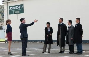 Michael Bogenschütz (Christoph Bach) zeigt der chinesischen Verhandlungsdelegation die Firma.