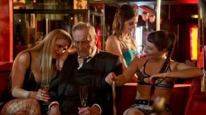 Paul Bogenschütz (Walter Schultheiß) in einem Nachtclub.