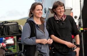 Tanja Däberitz (Regieassistenz) mit Gemma Stratton (Innenrequisite).