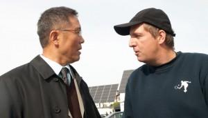 Yu Fang (Herr Wu) im Gespräch mit Regisseur Hannes Stöhr.