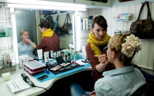 Maskenbildnerin Nadine Scherer mit Monika Anna Wojtyllo (Agnieschka Gutek)