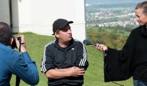 Regisseur Hannes Stöhr gibt ein Interview.
