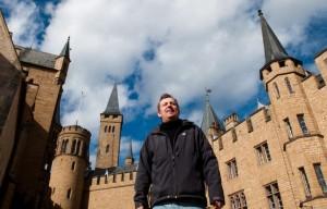 Regisseur Hannes Stöhr auf der Burg Hohenzollern.
